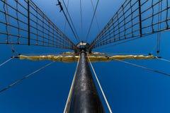 Zwarte mast met een zeil Stock Foto's
