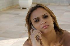 Zwarte meisjesbesprekingen op cellphone Royalty-vrije Stock Afbeelding