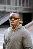 Zwarte mens die aan muziek luistert Stock Foto