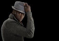 Zwarte mens die de camera onderzoekt Stock Foto's