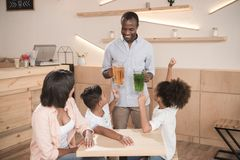 zwarte mens die dranken krijgen royalty-vrije stock fotografie