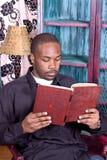 Zwarte mens die een boek leest Royalty-vrije Stock Foto