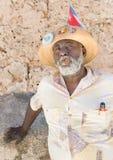 Zwarte mens die een Cubaanse sigaar in Oud Havana roken Stock Afbeeldingen