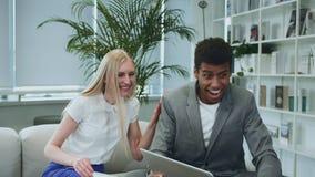 Zwarte mens die goed nieuws met medewerkers delen Afrikaans-Amerikaanse mens het surfen laptop en het delen van groot nieuws met  stock footage