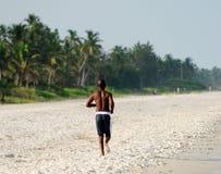 Zwarte mens die op strand loopt Royalty-vrije Stock Afbeelding