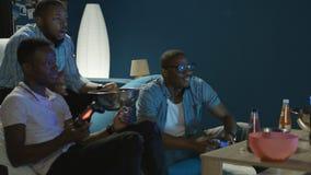 Zwarte mens die pret met videospelletje hebben thuis stock video