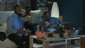 Zwarte mens die pret met videospelletje hebben thuis stock videobeelden