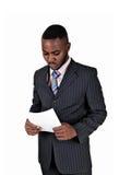 Zwarte mens met document. Stock Afbeeldingen