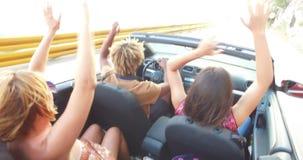 Zwarte mens met dreadlocks die met vrienden partying terwijl het drijven in convertibel stock footage