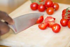 Zwarte Mensen Hakkende Tomaten stock afbeeldingen