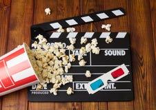 Zwarte met de witte popcornpannen van de brievenpartij, gemorst vakje popcorn-en Royalty-vrije Stock Fotografie