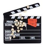 Zwarte met witte brievenklep, filmkaartjes en weinig popcorn Stock Foto's
