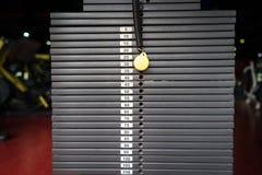 Zwarte metaal of ijzer zware die platen voor sport, oefening, gewichtsmachine met kilogram en pondaantallen worden gestapeld in f Royalty-vrije Stock Afbeeldingen