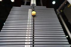 Zwarte metaal of ijzer zware die platen voor sport, oefening, gewichtsmachine met kilogram en pondaantallen worden gestapeld in f Stock Foto's