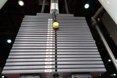 Zwarte metaal of ijzer zware die platen voor sport, oefening, gewichtsmachine met kilogram en pondaantallen worden gestapeld in f Stock Afbeeldingen