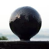 Zwarte metaalbal tegen de hemel Stock Foto
