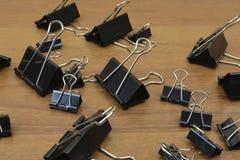 Zwarte metaalklemmen voor geld Klemmen voor bankbiljetten royalty-vrije stock foto's