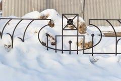 Zwarte metaalomheining in de sneeuw Stock Foto's