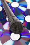 Zwarte Microfoon en CD stock afbeelding