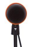 Zwarte microfoon met kabel op tribune Stock Fotografie