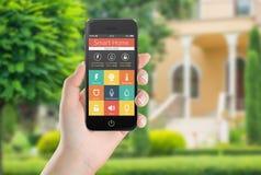 Zwarte mobiele slimme telefoon met de slimme pictogrammen van de huistoepassing op Th Royalty-vrije Stock Foto's