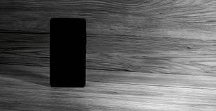 Zwarte mobiele telefoon met lege achtergrond royalty-vrije stock foto