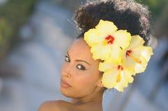 Zwarte, model van manier, met grote bloemen in haar haar Royalty-vrije Stock Foto's