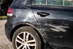Zwarte moderne die auto in verkeersongeval wordt gekrast stock afbeelding