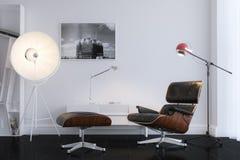 Zwarte Modieuze Leerleunstoel in Minimalistisch Bureau Royalty-vrije Stock Foto's