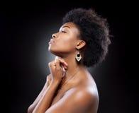 Zwarte mooie vrouw met afrokapsel Royalty-vrije Stock Fotografie