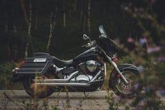 Zwarte motorfiets bagger op de kant van de weg Stock Foto