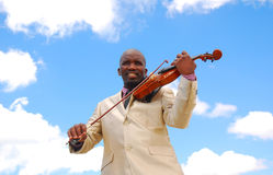 Zwarte musicus het spelen viool Royalty-vrije Stock Afbeeldingen