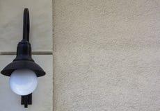 Zwarte muurlantaarn met een ronde witte lamp Lantaarn en lege ruwe muur Het malplaatje van het ontwerp royalty-vrije stock foto's