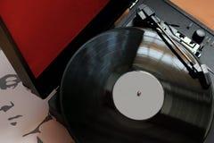 Zwarte muziekplayback van vinylverslagen, een uitstekend meubel, elektrische platenspeler royalty-vrije stock afbeelding