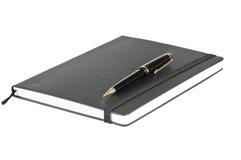 Zwarte notitieboekje en pen Stock Afbeeldingen