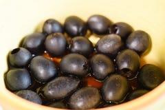 Zwarte olijven in de kom Stock Fotografie