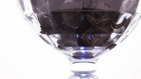 Zwarte olijven in de kom stock videobeelden