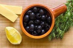 Zwarte olijven in een Kop op de lijst Stock Foto