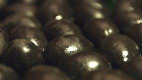 Zwarte olijven op een bruine houten achtergrond 2 schoten stock video
