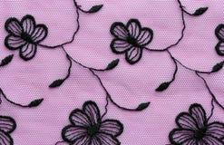 Zwarte op roze materieel de textuur macroschot van het bloemenkant Royalty-vrije Stock Afbeelding