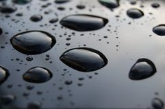 Zwarte oppervlakte met water Stock Foto's