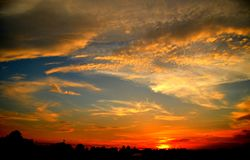 Zwarte oranje blauwe witte zonsondergang stock foto