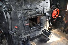 Zwarte oven van een uitstekende stoomtrein, close-up stock foto