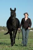 Zwarte paard en vrouw Stock Foto