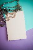 Zwarte parels accessorie op lilac achtergrond stock foto