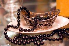 Zwarte parels in een zilveren vaas stock afbeeldingen
