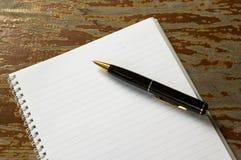 Zwarte pen op een open boek Royalty-vrije Stock Fotografie