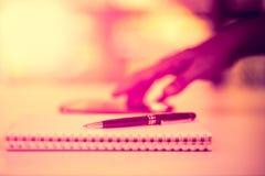 Zwarte pen op het notitieboekje, met achtergrondonduidelijk beeld Royalty-vrije Stock Foto's