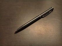 Zwarte pen op rug stock foto