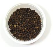 Zwarte peper in een kom Royalty-vrije Stock Foto's